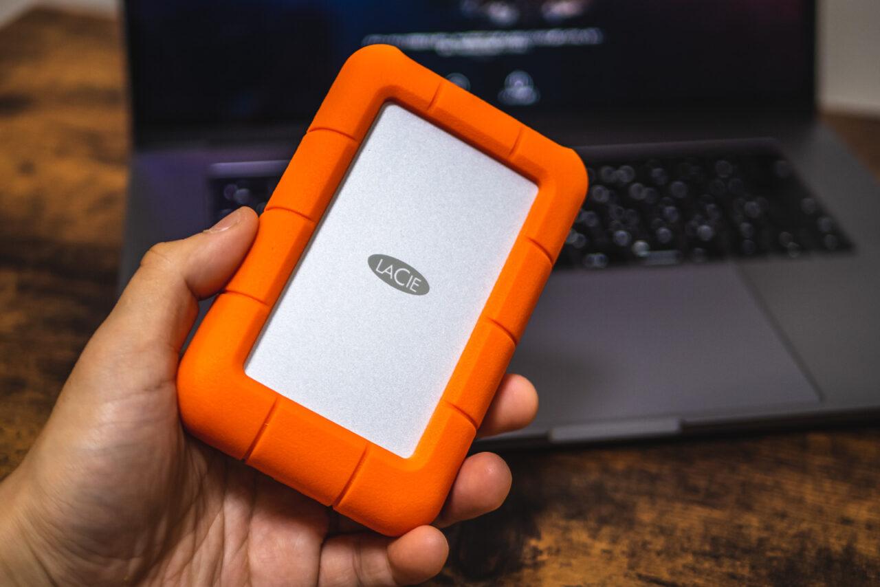 手に持ったLaCie Rugged HDD ポータブルハードディスク